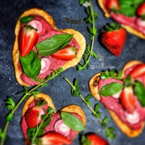 heart shaped pizza and balsamic beet spread @viedelavegan